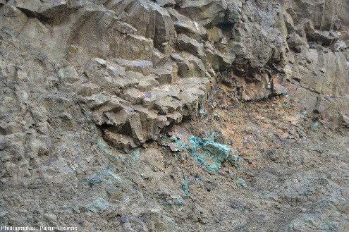 Vue de détail d'une paroi d'une ancienne mine de cuivre chypriote constituée de giga-coussins de lave prismés en forme de tube de lave