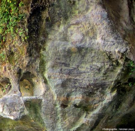 Affleurement de grès triasiques sur la rive droite de la cascade du Baumicou