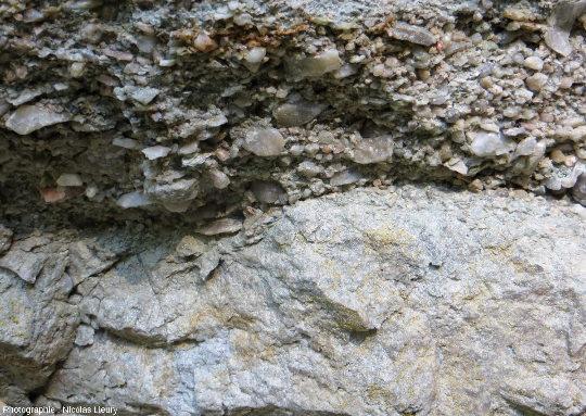 Zoom sur le contact entre les grès grossiers du Trias et le socle cristallin métamorphisé, à l'échelle centimétrique des plus gros grains de quartz du grès