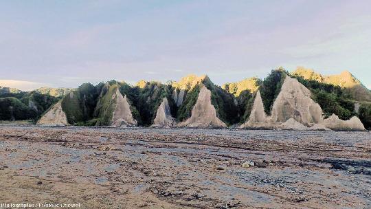 Détail de l'aval de la vallée de la rivière O'Donnell (Philippines) dans les lueurs du soleil couchant
