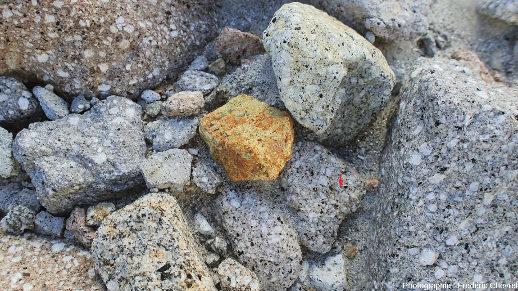 Gros plans sur des galets de la rivière O'Donnell (Philippines), échantillonnage aléatoire des roches cohérentes constituant le volcan Pinatubo