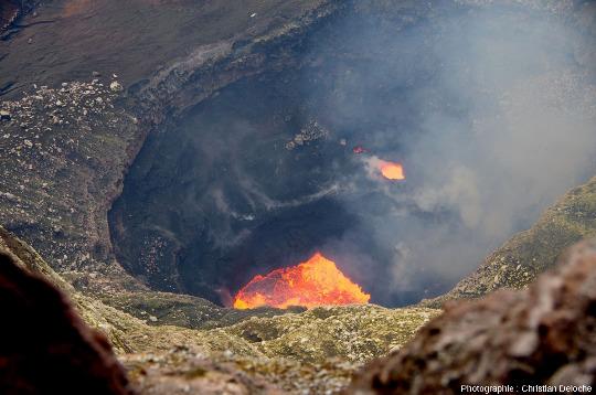Lacs de lave dans le cratère du Marum, un des cônes pyroclastiques actifs internes à la grande caldeira du volcan d'Ambrym, Vanuatu