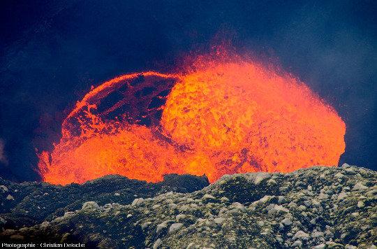 Vue rapprochée lors d'une phase où le lac de lave du Marum (Vanuatu) est particulièrement agité et bouillonnant