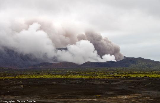 Vue d'ensemble sur le cratère Marum, volcan d'Ambrym (Vanuatu)