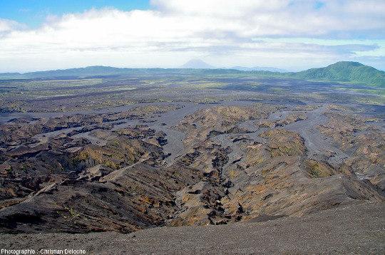 Le plancher de la caldeira d'Ambrym et son rempart Sud au loin, pendant la montée sur le Benbow (Vanuatu)
