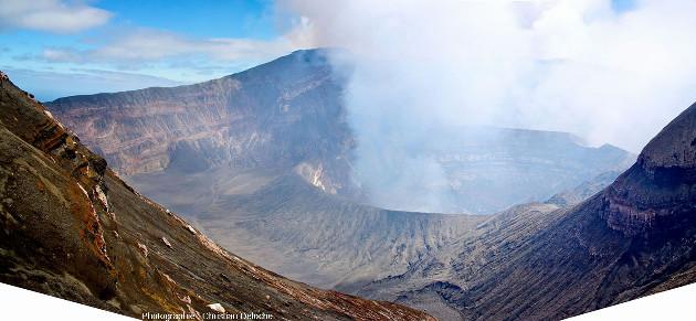 En arrivant sur le bord du cratère de Benbow, volcan d'Ambrym (Vanuatu)