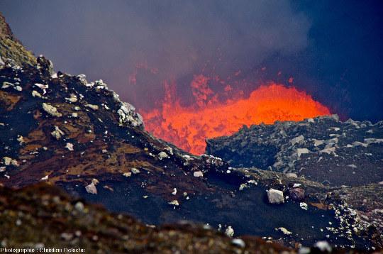 Phase éruptive où le lac de lave est particulièrement agité, cratère Benbow (Vanuatu)