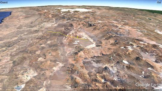 Vue aérienne du salar d'Atacama, dépression topographique au centre de l'image, dont le quart Est est entièrement recouvert de sel