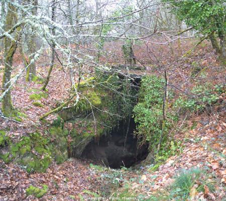 Entrée d'une ancienne galerie de mine perdue dans la forêt limousine, Monts d'Ambazac (Haute-Vienne)