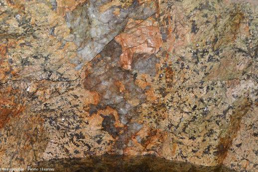 Zoom sur la pegmatite à deux faciès de la photo précédente