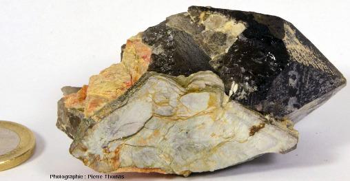 Petit échantillon de pegmatite avec quartz fumé automorphe, muscovite et feldspath (orangé)