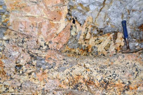 Vue générale sur une pegmatite à béryl, vers Ambazac (Haute-Vienne)