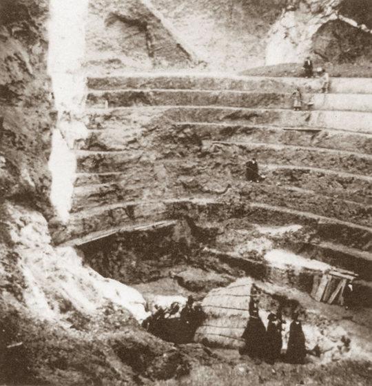 Autre vue d'une carrière de Marcognac, les zones blanches correspondent à des filons de pegmatite intensément kaolinitisés