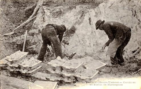 Ouvriers disposant dans des cagettes du kaolin de l'une des trois variétés définies à la figure 14