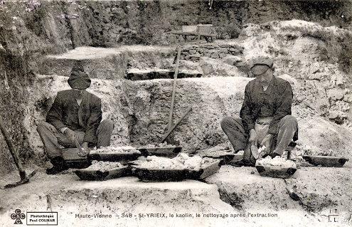 Ouvriers disposant dans des cagettes du kaolin de de l'une des trois variétés définies à la figure 14