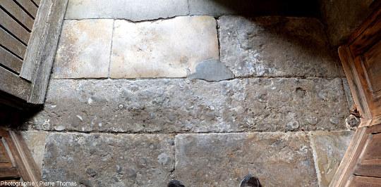 Dallage interne de l'église Saint Laon de Thouars, juste après une des portes d'entrée