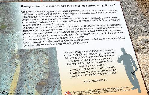 Panneau installé le long de la coupe du Serre de l'Âne de La Charce et expliquant l'origine des alternances marno-calcaires