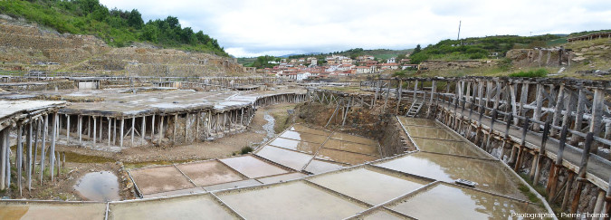 Vue globale de bassins en eau, mais sans dépôts de sel, Salinas de Añana, pays basque espagnol