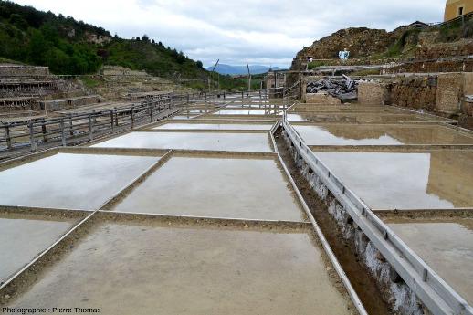 Gros plan sur des bassins en eau, mais sans sel