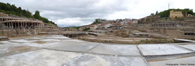 Vue globale sur des bassins contenant du sel obtenu par évaporation, Salinas de Añana, pays basque espagnol