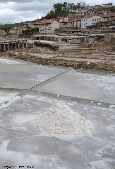 Zoom sur des bassins contenant du sel obtenu par évaporation