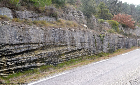 Vue de détail du bord de route de la photo précédente près de Saumane de Vaucluse, bord de route montrant de très belles stratifications obliques