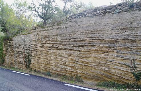 Stratifications obliques sur les parois d'une tranchée de route 200m au Sud de Saumane de Vaucluse