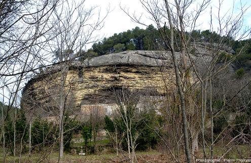 Vue d'ensemble (sur le bord de la route juste au Sud-Ouest de Fontaine de Vaucluse) montrant une grande épaisseur de Burdigalien, dont la base est ici très riche en stratifications obliques