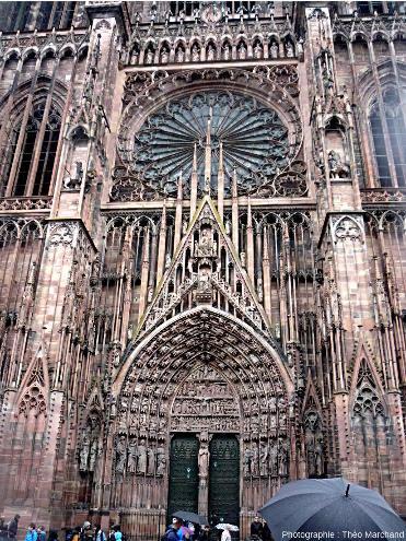 Entrée principale de la cathédrale Notre-Dame de Strasbourg, construite en grès à Voltzia