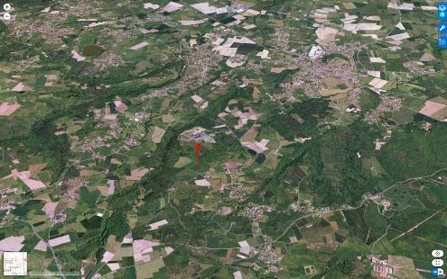 Vue aérienne du volcan de Montclaret (Loire) et de sa carrière (flèche rouge)