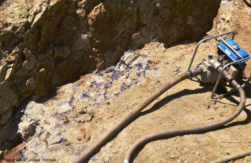 Vue d'ensemble de l'affleurement des quatre images précédentes, affleurement situé au fond d'une tranchée d'exploration de l'améthyste
