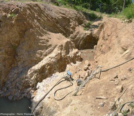 Vue d'ensemble de la moitié Ouest de la tranchée d'exploration d'améthyste (Mines de Poux) où ont été prises les cinq photos précédentes