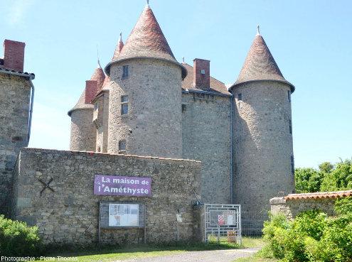 Le château de Montfort, château du XVe siècle, propriété de la commune du Vernet-Chaméane, domine le village du Vernet-le-Varenne