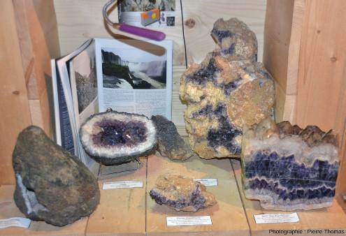 Échantillons d'améthyste présentés dans le musée de la maison de l'Améthyste