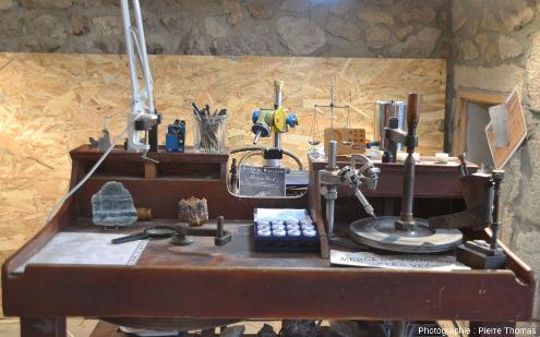 Établi de taille d'améthyste déposé au musée, avec lequel il est fait des démonstrations de taille