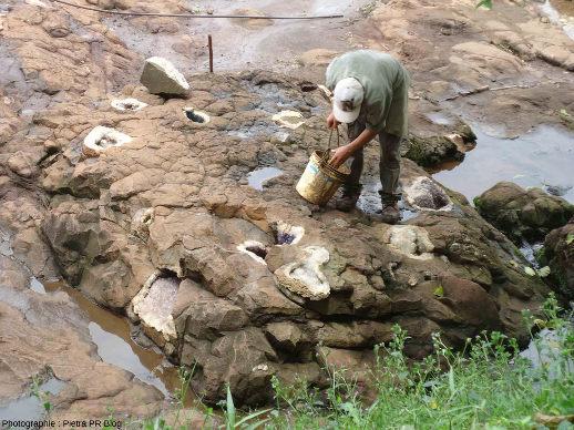 Géodes d'améthyste in situ dans les coulées de basalte du Parana, géodes exploitées dans les mines Wanda en Argentine, à une soixantaine de kilomètres des célèbres chutes de l'Iguazu