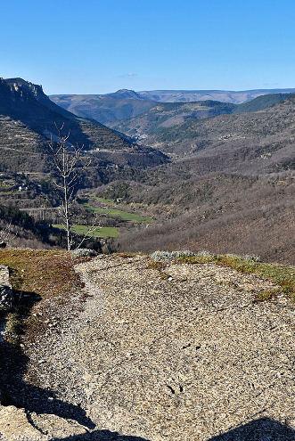 Vue globale d'une dalle à empreinte de Grallator minusculus au-dessus du village de Saint-Laurent-de-Trèves (Lozère) qui domine la vallée du Tarnon