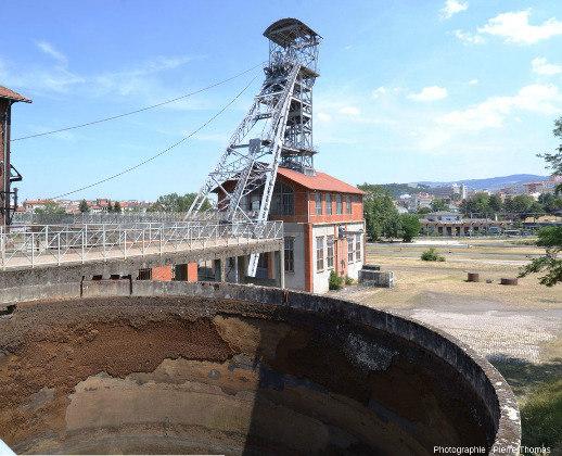 Le chevalement de l'ancien puits Couriot, pièce la plus visible du Parc-Musée de la Mine de Saint-Étienne (Loire)