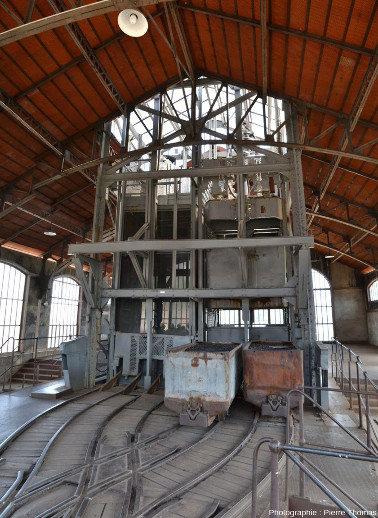 Le départ-arrivée des ascenseurs, remontant le charbon (ou les stériles) qui sera déversé dans les wagonnets et descendant-remontant les mineurs, puits Couriot, Saint-Étienne