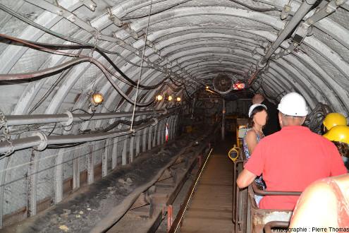 Une fois arrivés au fond du puits, les visiteurs prennent le train qui va les amener vers les fronts de taille