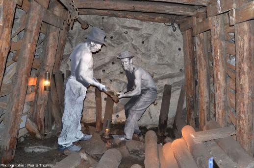 Le même travail de creusement d'un travers banc effectué quelques décennies plus tôt, avant l'introduction des perforatrices à air comprimé