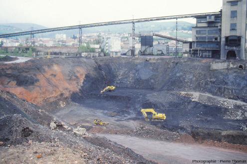 Vue globale de la moitié Est de la découverte creusée au Nord de ce qui restait des installations du puits Pigeot en juillet 1988 (le puits avait définitivement fermé 5 ans auparavant), Saint-Étienne
