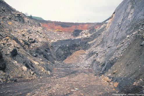 Vue globale de la tranchée située au fond de la découverte creusée au pied de l'ancien puits Pigeot