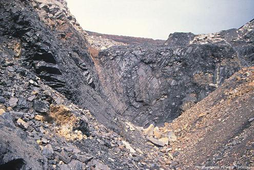 Détail des couches de charbon situées au centre de la photo précédente, au pied de l'ancien puits Pigeot