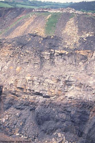 Front de taille montrant de bas en haut une couche de charbon surmontée d'une couche de grès, elle-même surmonté de déblais