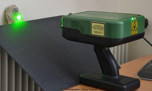 Mise en évidence du puissant faisceau laser sortant du spectromètre quand on éloigne l'échantillon de spectromètre Raman