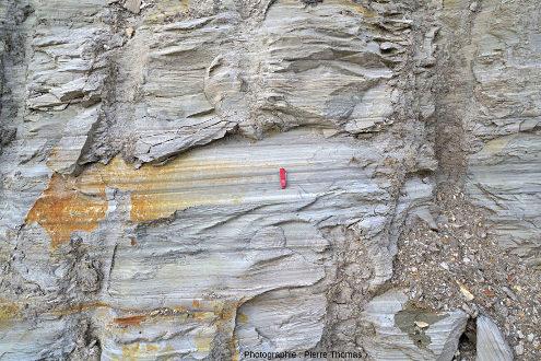 Vue rapprochée sur un front de taille d'un des paliers d'exploitation recoupant une dizaine de mètres de diatomite