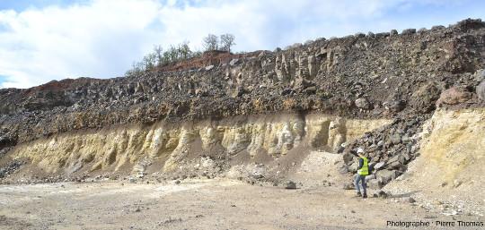 Vue large sur le contact entre une coulée de basalte et la couche de diatomite exploitée