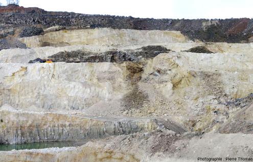 Vue d'ensemble d'une intrusion basaltique au sein de la masse principale de diatomite