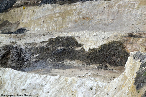 Vue de détail d'une intrusion basaltique au sein de la masse principale de diatomite